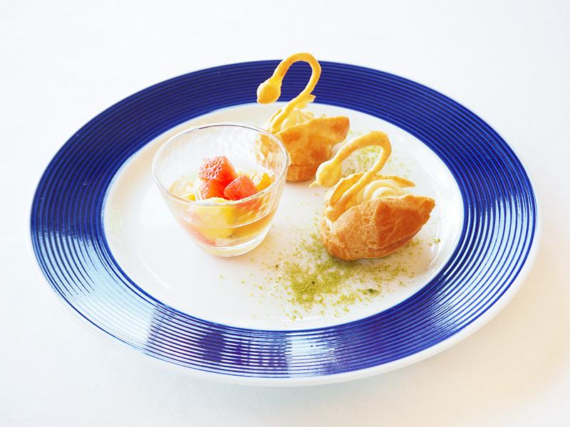 白鳥のレモンカスタードシュー 季節の果物のマチェドニア