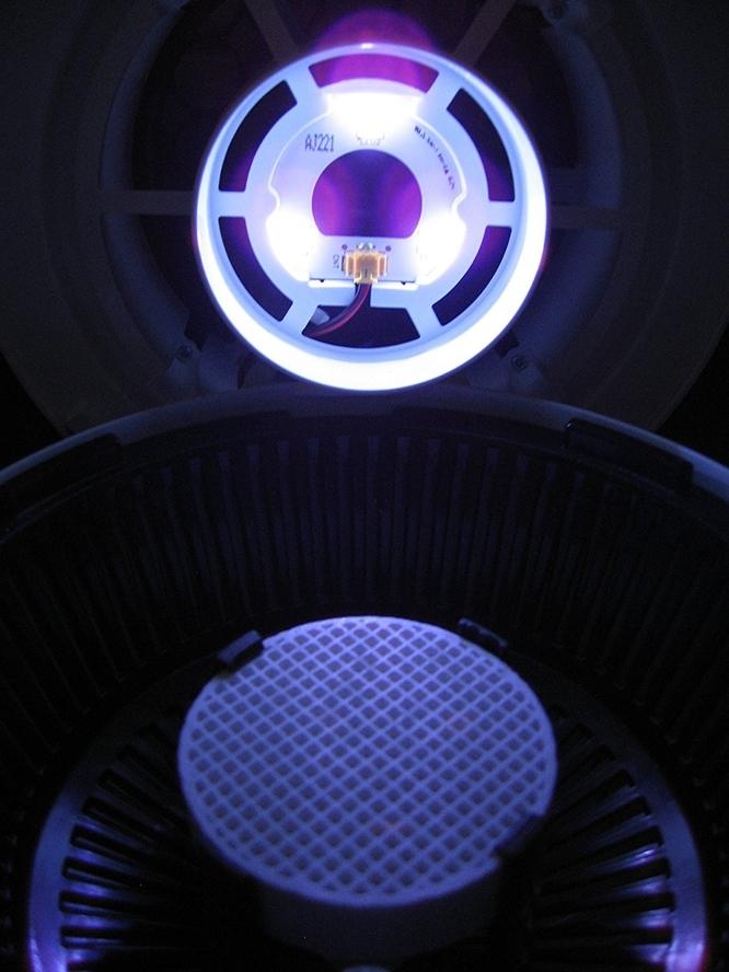 UV蚊取り器MOSピュアは近づいた蚊をファンで吸引し、乾燥させて捕らえることができる