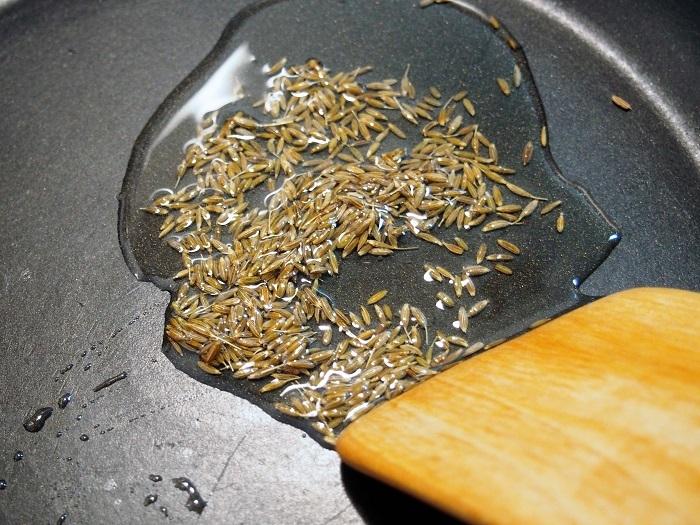 フライパンに米油またはサラダ油、クミンシードを入れ、火をつけ中火で加熱する