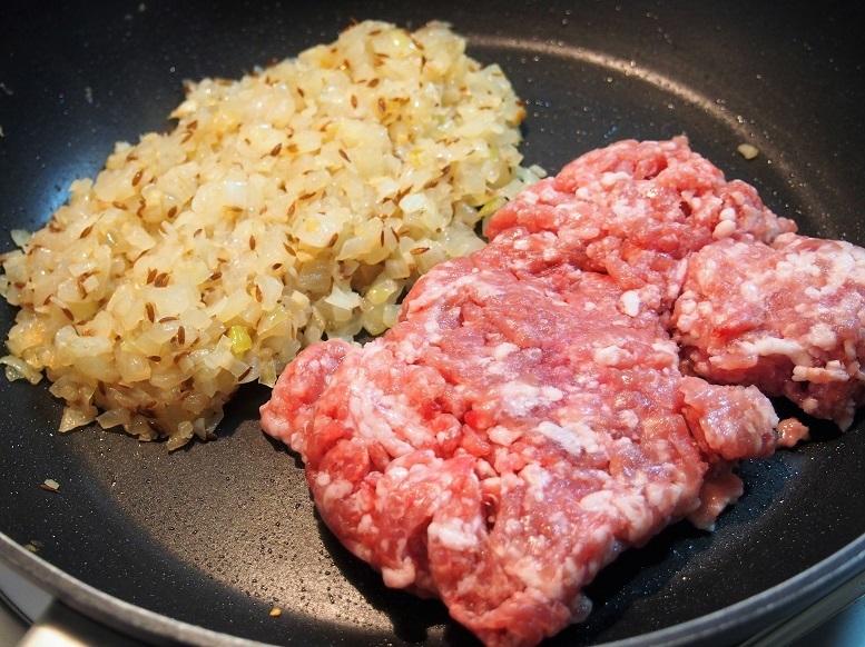 豚ひき肉を加えて少し広げ、焼き色が付いたら裏返す