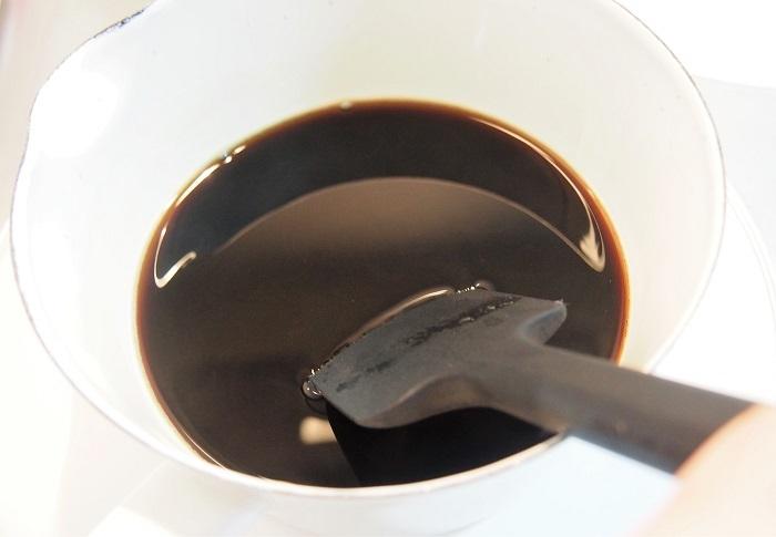 鍋にコーヒーを移し沸騰させないよう火にかけ、ゼラチンを入れてよく混ぜ溶かす