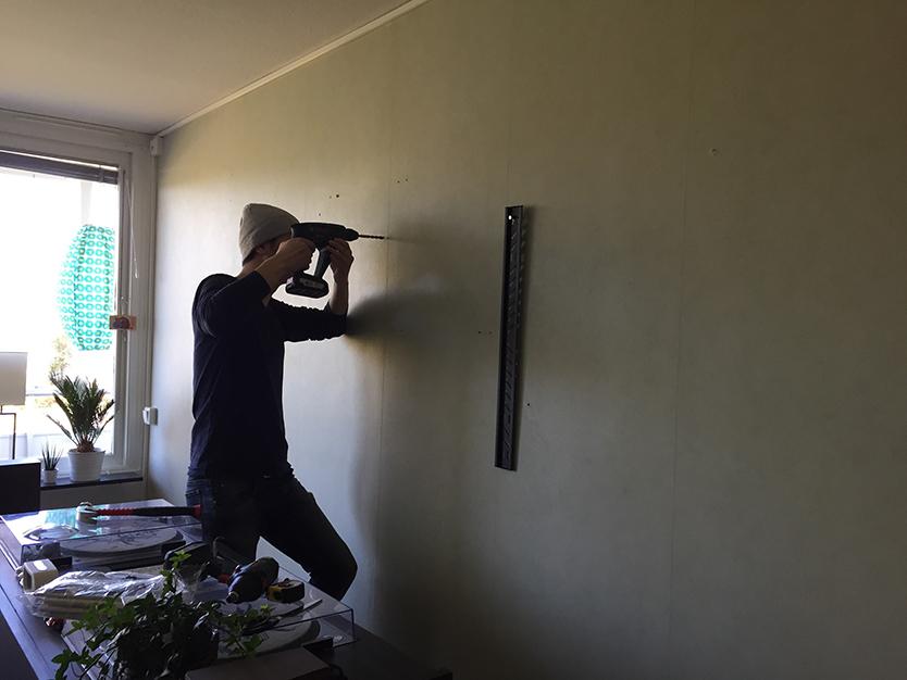 リビングのテレビは、DIYで壁掛けに
