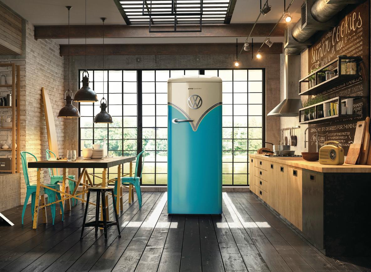 VWのワーゲンバスを彷彿とさせる冷蔵庫。大胆な一枚ドアがキッチンで存在感を放つ