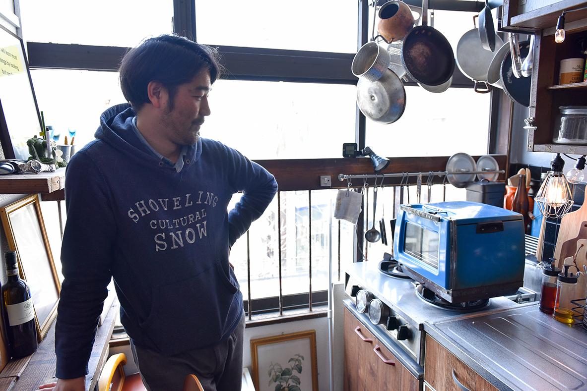 棚を活用し、豆電球を取り付けたキッチン