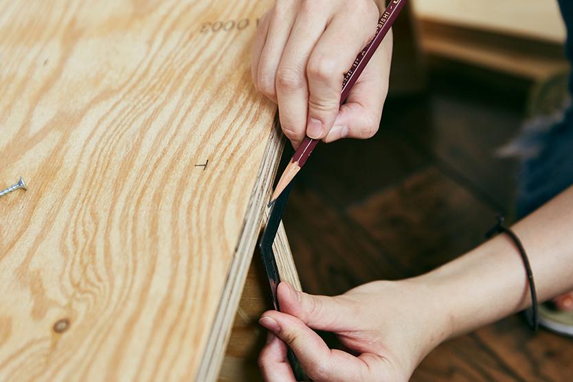 それぞれのパーツに鉛筆で印を付けて、ドリルビットを装着したコードレスインパクトドライバで下穴を開けていく