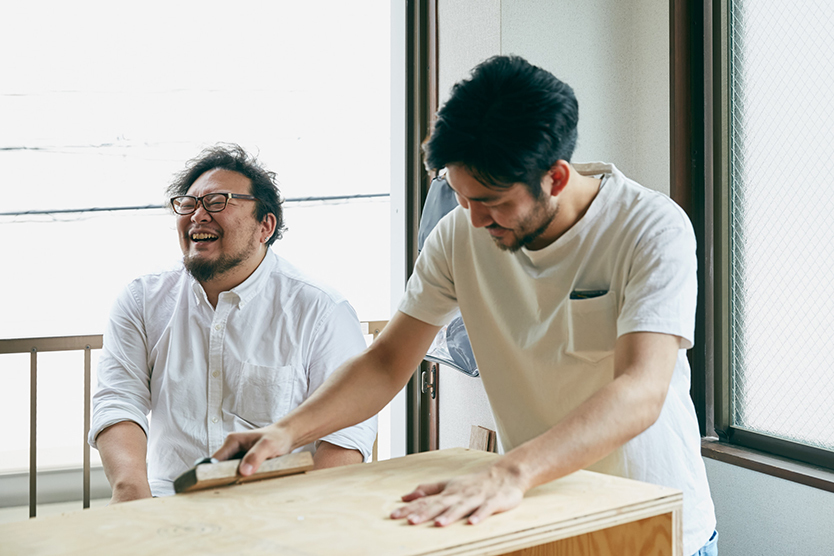 側板と同じ要領で側面のベニヤを貼り、触ったときに痛くないように、仕上げの面取り(板の角を削る)作業