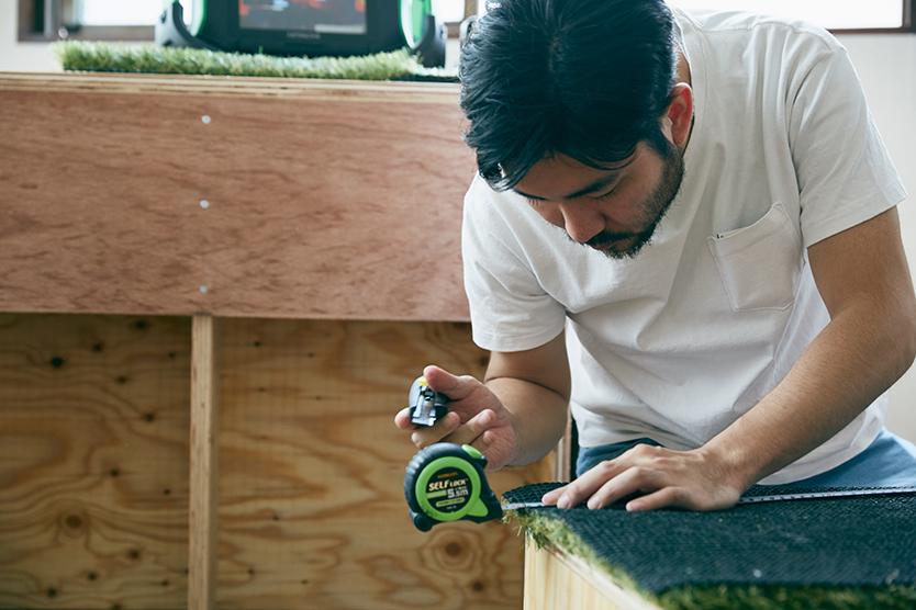 1m角で購入した人工芝をベンチに乗せ、ちょうどいいサイズに切り出す。