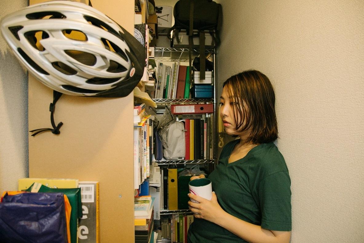 村山さんはこのキッチンへと繋がる廊下をスチールシェルフで仕切り、本棚として活用