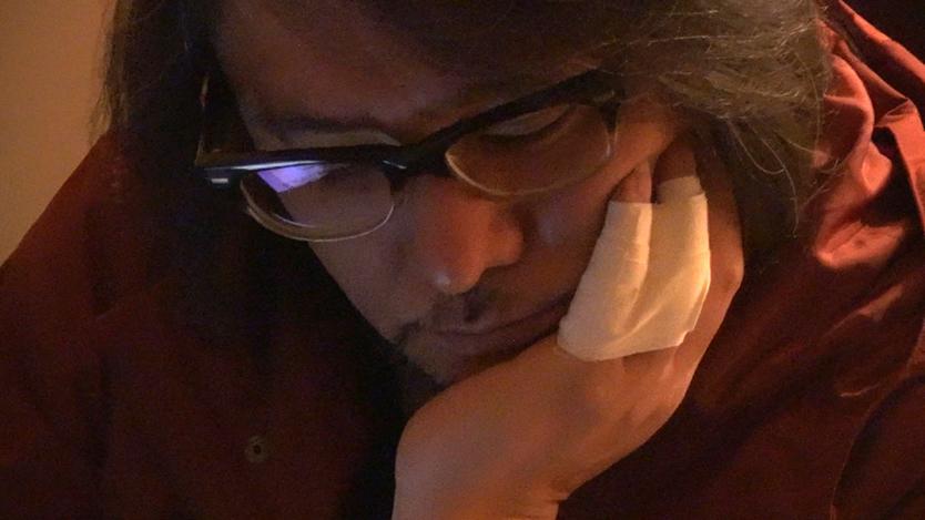 ゴーストライター騒動後、佐村河内氏を自宅にてとらえた映画『FAKE』