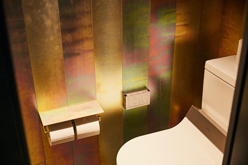 三栄水栓製作所によるホテルのバスルームのようなスタッフ用シャワールーム