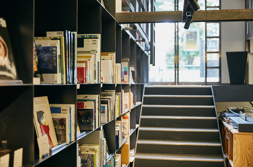 SUPPOSE DESIGN OFFICEの新しいオフィスはとてもオープンな空間で、幅允孝さんによる本が並ぶ