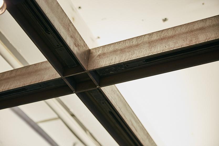 事務所内の天井は、H型鋼と呼ばれる建築部材をそのままグリッド状に組んだ、無骨で力強いもの