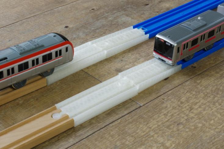 木製レールとプラレールをつなぐことができる線路