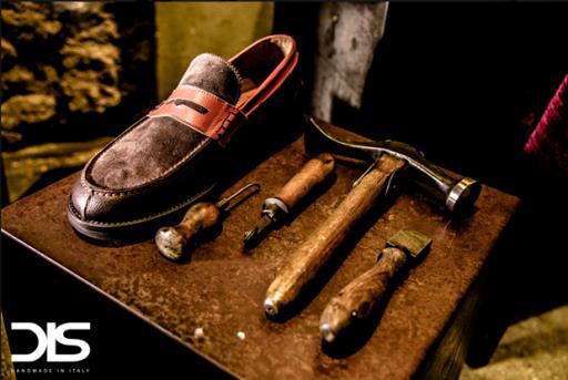 自分にぴったりのデザインの靴を、イタリア・マルケ州で何十年もの経験を持つ熟練した靴職人が手づくりしてくれる