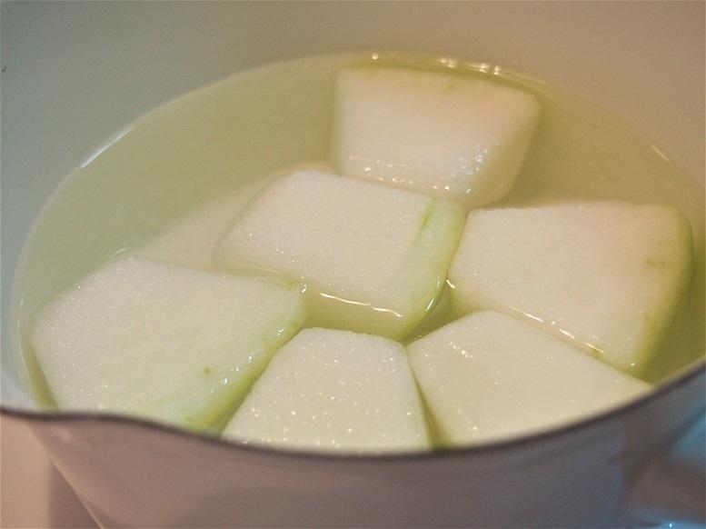 小鍋に冬瓜と水を入れ、沸騰したら火を弱め5分ほど茹でる