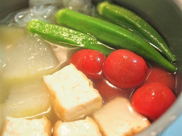 オクラ、ミニトマトを加えて火を止め、そのまま冷まして味を含ませる