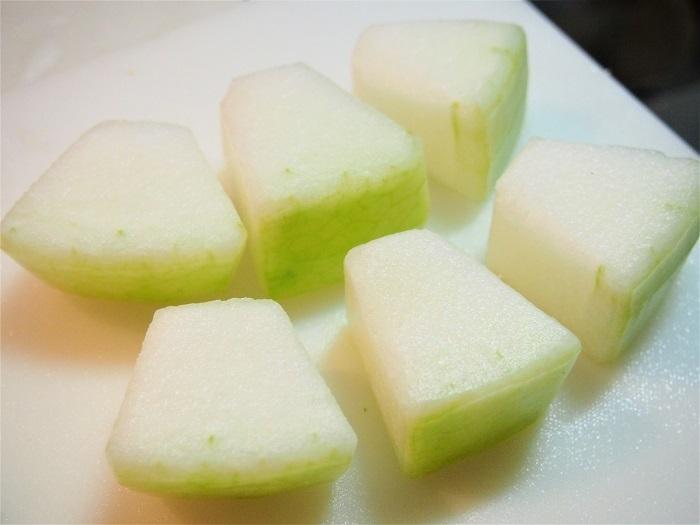 冬瓜はピーラーで皮をむき一口大に切り、れんこんはピーラーで皮をむき1センチ厚に切り酢水にさらす