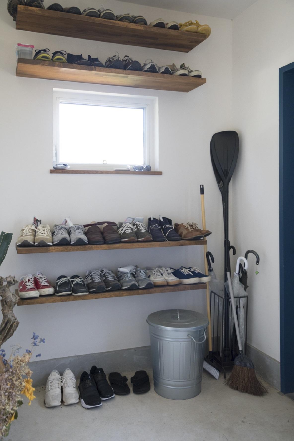 オープン収納で靴を置く玄関土間