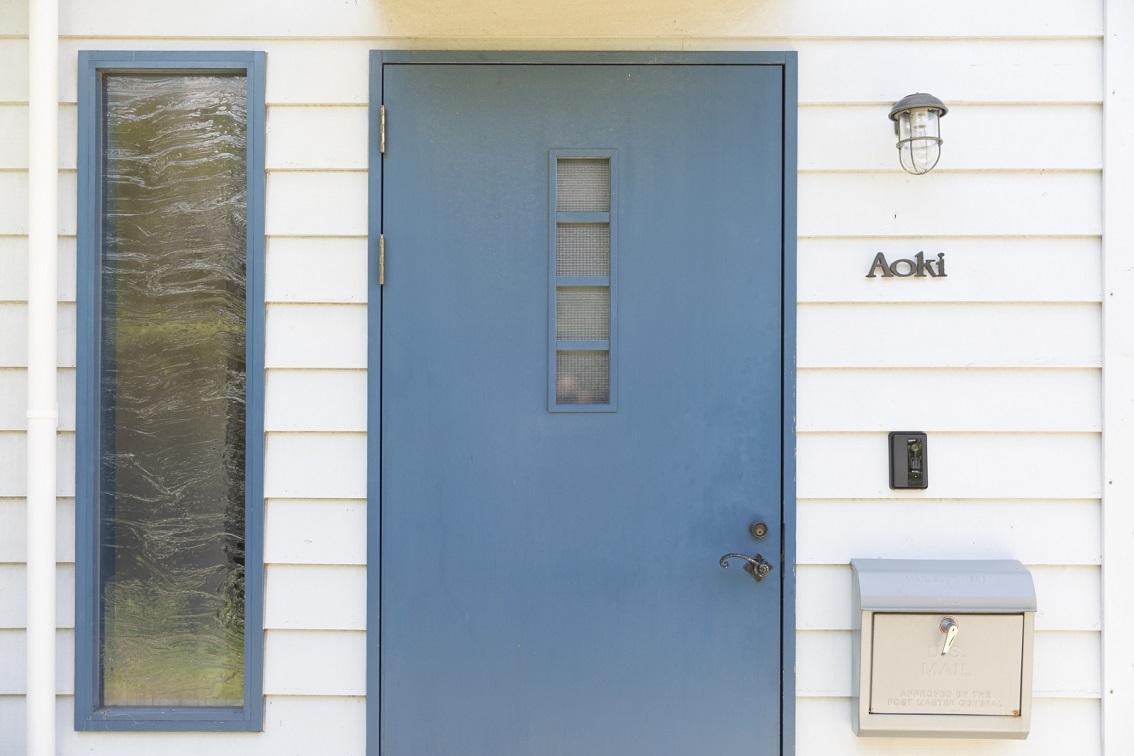 リノベーションした家のかわいい玄関ドア