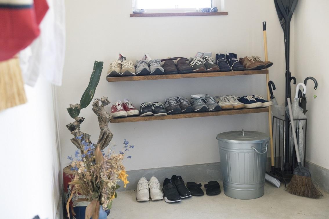 靴や遊び道具が並ぶ広い土間