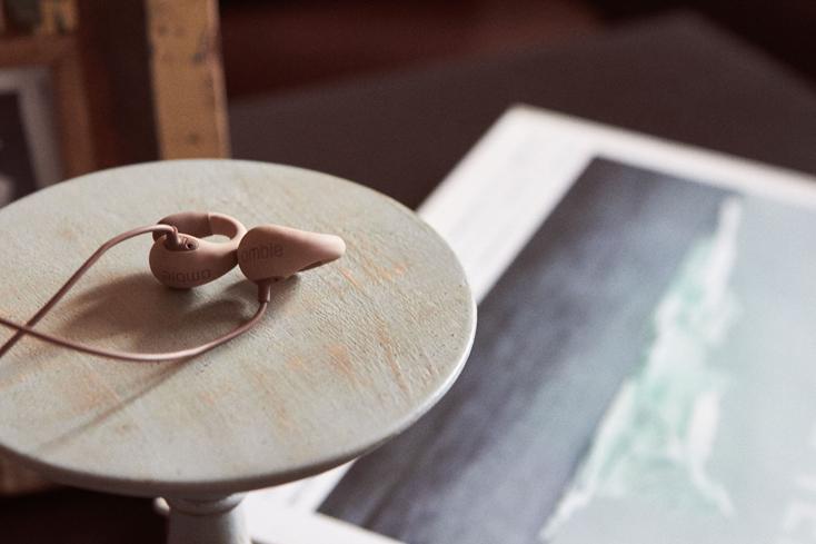 仕事品がら音楽が聴けるambie sound earcuffs
