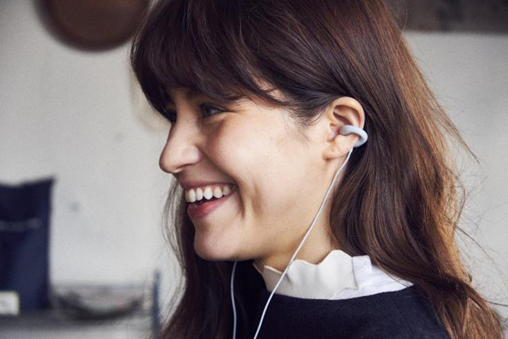 イヤーカフ型のイヤホンambie sound earcuffs