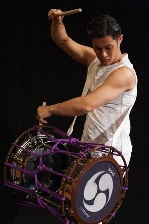 ローランドは太鼓芸能集団「鼓童」と共同で、世界初の「電子担ぎ太鼓」の試作機を開発