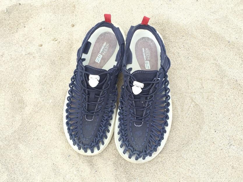 「KEEN」 UNEEK mita sneakers NVY BY 鈴木拓郎太。かたち・重さ的に、ビーチサンダルと、ビルケンシュトックのようなサンダルの中間に位置するようなものを探していたが、ちょうどいいものがあった。「keenとmita sneakersのコラボ」のサンダル。購入時「コラボ」という文言は全く気にせず購入していたが、いま思うとあまり見ないデザイン。内側にコルク柄があるのもいい。