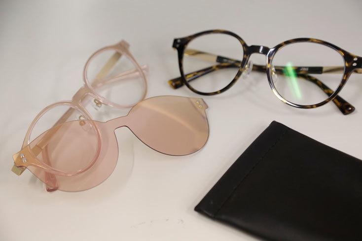 「JINS」のサングラスプレート付きメガネ BY イチカ。今年特にJINSでは豊富に出ている、磁石でくっつくサングラスプレートが付属している「フロントスウィッチ」タイプ。大きめで丸みのあるフレームが可愛らしく、べっ甲のようなタイプとピンクを2色買いするほど気に入っている。私自身は、サングラスを使用する習慣が全くないが、同型のタイプ同士ならフレームと眼鏡本体の組み合わせを変えて楽しむこともできそうだ。眼鏡本体に度も入れられるため、度入りサングラスに抵抗のある人にもオススメしたい。