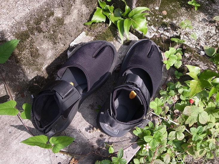 「SUICOKE × STUDIOUS」のタビ型サンダル BY 緑川。夏に素足で履きたい、主役サンダル。SUICOKEは初めて購入したが、見た目も素材も夏らしいし、タウンでも気軽なアウトドアでも使えて、いい。購入したのはSTUDIOUSの別注モデル、タビ型で、全面ブラックにシルバーの金具が効いている。スタンダードモデルよりさらにかわいく、履くたびにすきになる。