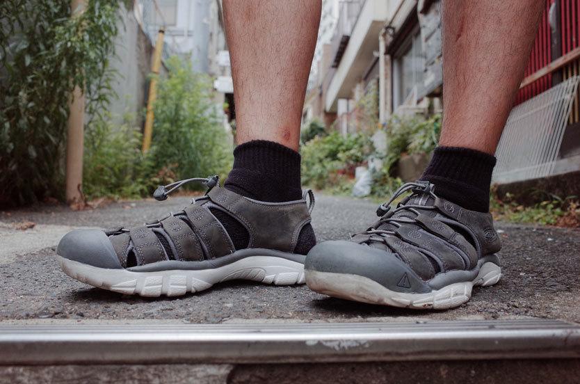 「KEEN」のニューポート ATV BY 武田。サンダルが履きたいというより、靴下を脱ぎたい。夏にいつも思うことだけど、最適なサンダルを探すことをめんどくさがってきた。そんな時、ちょっとした隙間時間にのぞいたアウトドアショップで買ったのがこれ。「サンダルはつま先を守れるか」という創業者の問いから生まれたというブランドのロンチモデルは、夏に限らずともにいろんな町を踏破してゆけるよき相棒になりそう。