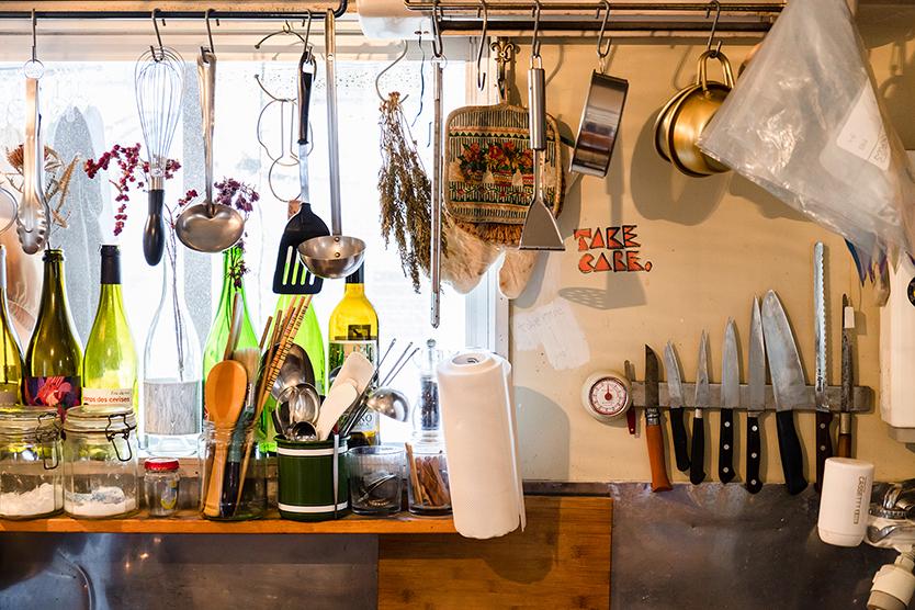 調理道具をぶら下げられる便利でおしゃれなキッチン