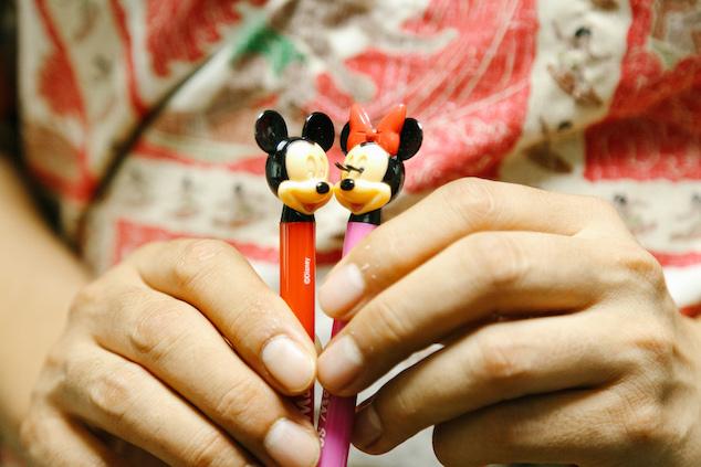ミッキーとミニーがキスをするペン