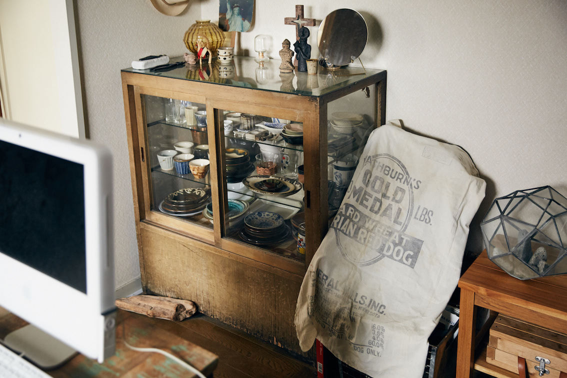 骨董品の食器棚