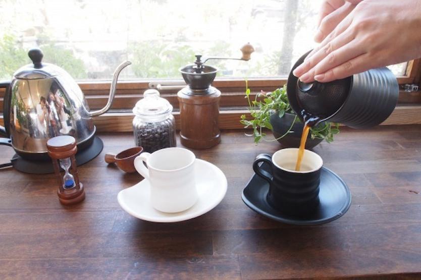 急須のようにコーヒーを注ぐ。紙フィルターを使わない「マイカフェポット」