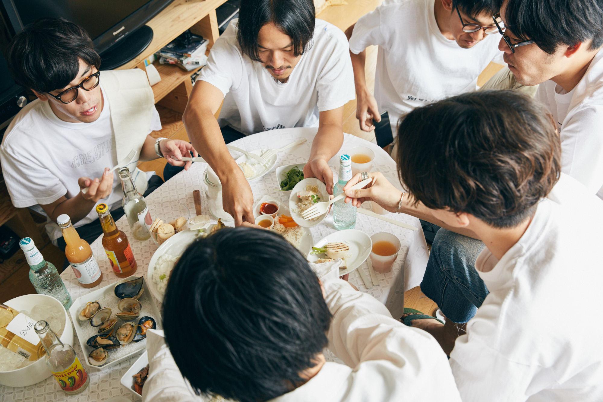 sponsored by ホワロ(リンナイ株式会社)学生時代の仲間4人で「カレストハウス」と称したシェアハウスに暮らすメンバーたち。大学卒業後、就職のために名古屋から上京し、一緒に暮らし始めて約1年半。引っ越し直後におこなったレセプション以来、1年ぶりに少し気合いの入ったパーティーをすると聞きつけ、お邪魔することに。