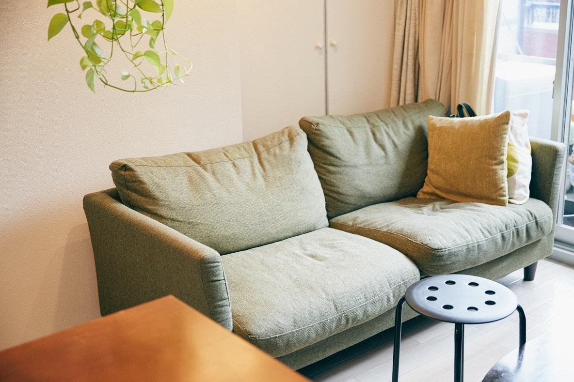 緑が豊富な窓際のソファスペース