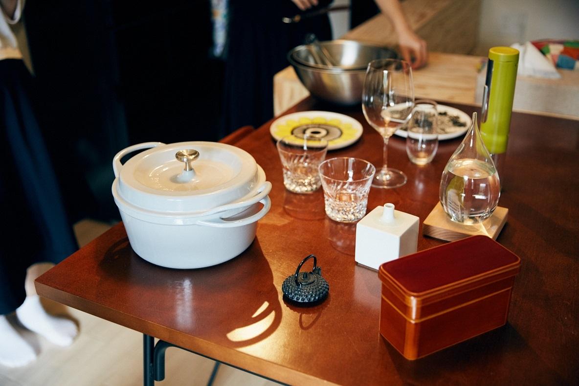 結婚祝いにもらったSTAUBの鍋や、ワイングラス