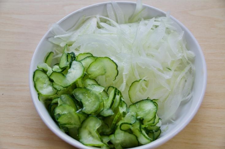 きゅうりは輪切りにして塩を少々ふりかけて塩もみをする。よくもんだら絞って水気をしっかり出す