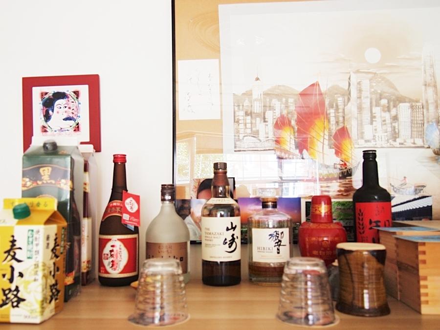 日本酒や焼酎などを取り揃えたバーカウンター