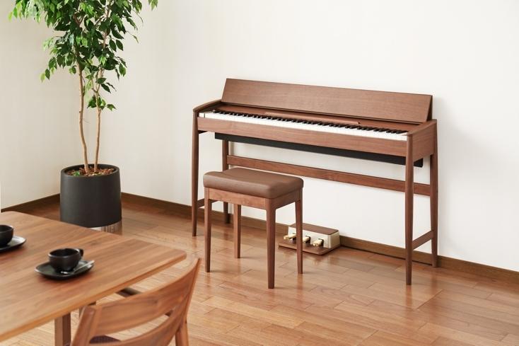 カリモクの優しい風合いがインテリアと調和するローランドのデジタルピアノ