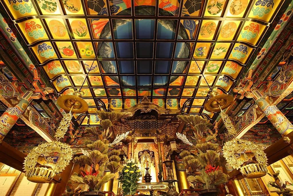 白雪山善巧寺(富山県黒部市宇奈月町浦山497)では、毎年「お寺座LIVE」と題して、音楽を軸に法話や読経を取り入れたライブを開催している。これまでにも、向井秀徳、七尾旅人、曽我部恵一、二階堂和美など錚々たるアーティストが参加しているが、10年目を迎えた今年は、新しい試みとして環ROYを迎え、ラッパーと僧侶による音楽とお経のセッションを実現する予定だ。