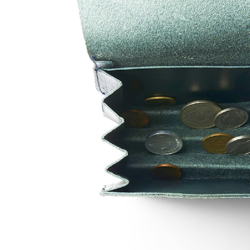 子どもを抱っこしながらでもお会計がしやすい。コインが自然に立つ自立式小銭入れ