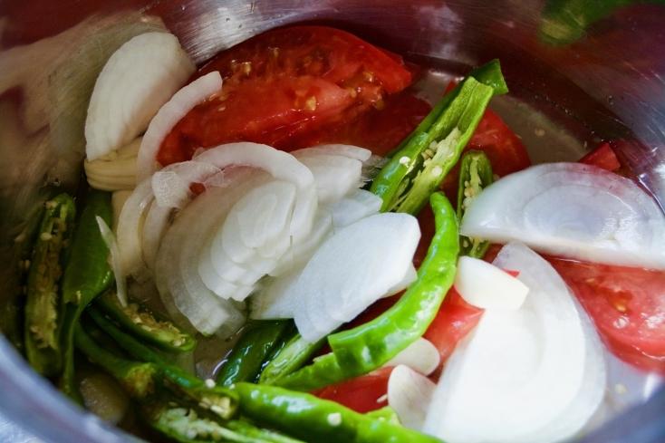 鍋に水、サラダ油、塩を入れ、さらにSTEP1で切った材料を入れて中火で煮る。煮込み中はなるべくかき混ぜず、そのままの状態で煮る