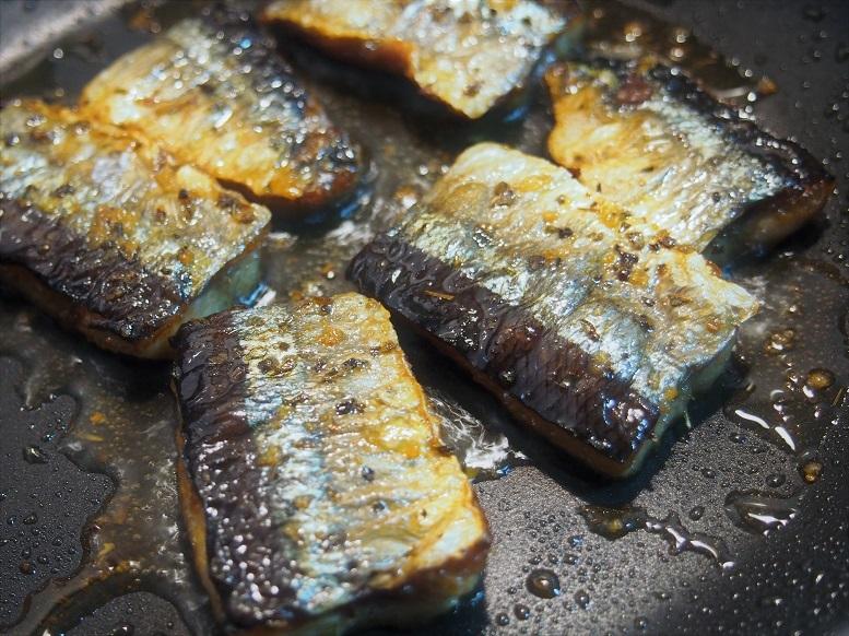 フライパンにオリーブオイルをひき、秋刀魚の皮目を下にして並べ、中火で熱し、両面こんがりと焼き色がつくまで焼く