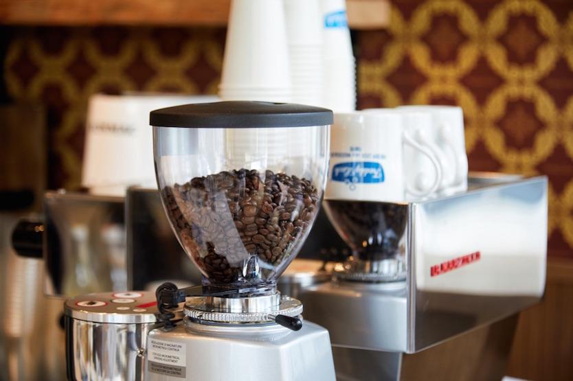 カフェ利用できるコインランドリー「フレディ レック・ウォッシュサロン」