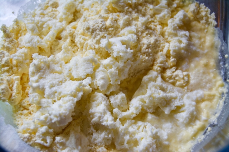 ボウルにコーンフラワー、細かくちぎったモッツアレラチーズ、卵、塩を入れてよく混ぜる