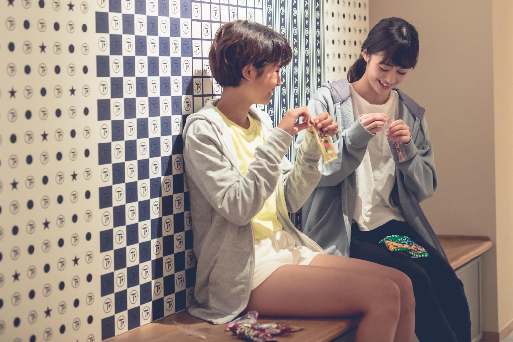 お菓子を食べながらくつろぐホステル「TRIP POD FUKUOKA – snack & bed -」