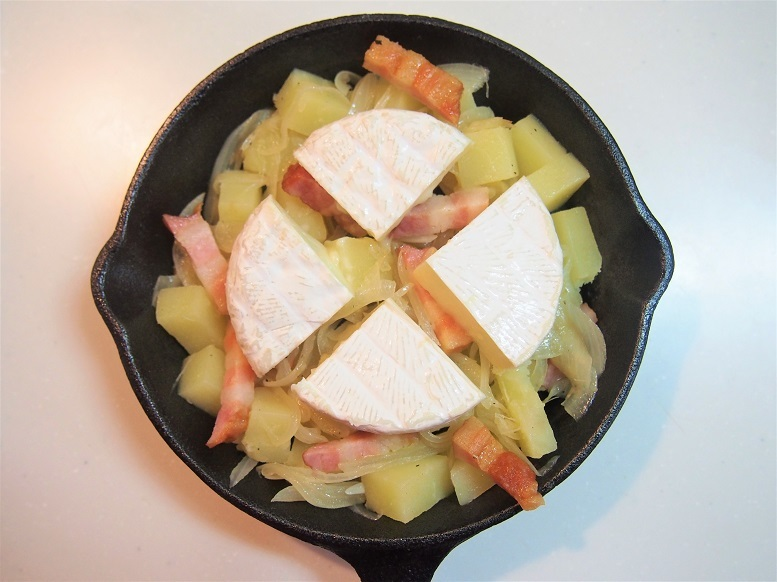 カマンベールチーズを厚さ半分の4等分に切ってのせ