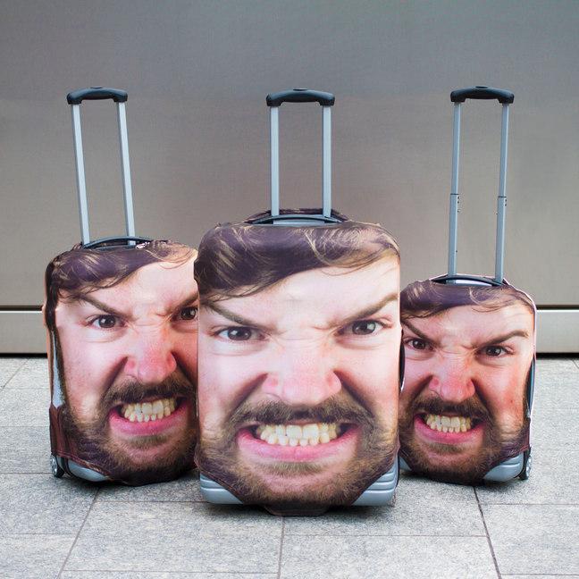 これで取り違いも回避。自分の顔写真を使用したスーツケースカバー